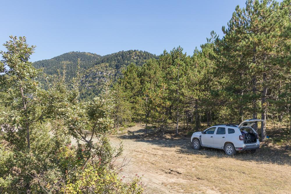 Dank hoher Bodenfreiheit konnten wir einen Platz im Schatten für unsere Mittagspause erreichen. Zwischen Permet und Korca an der SH75.