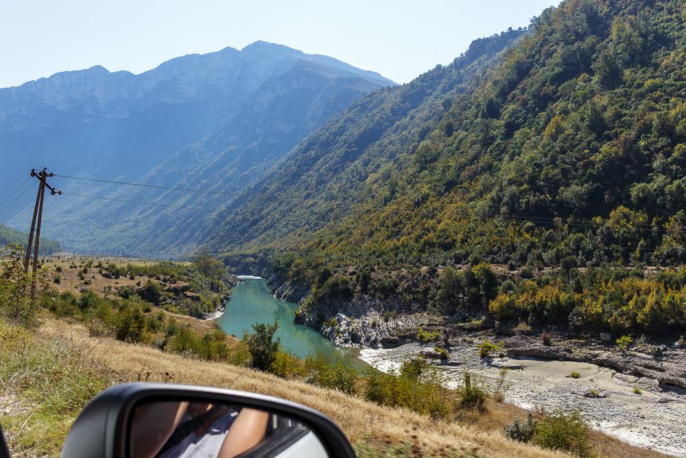 Vom Auto aus bieten sich einem malerische Ausblicke auf die albanischen Berge.