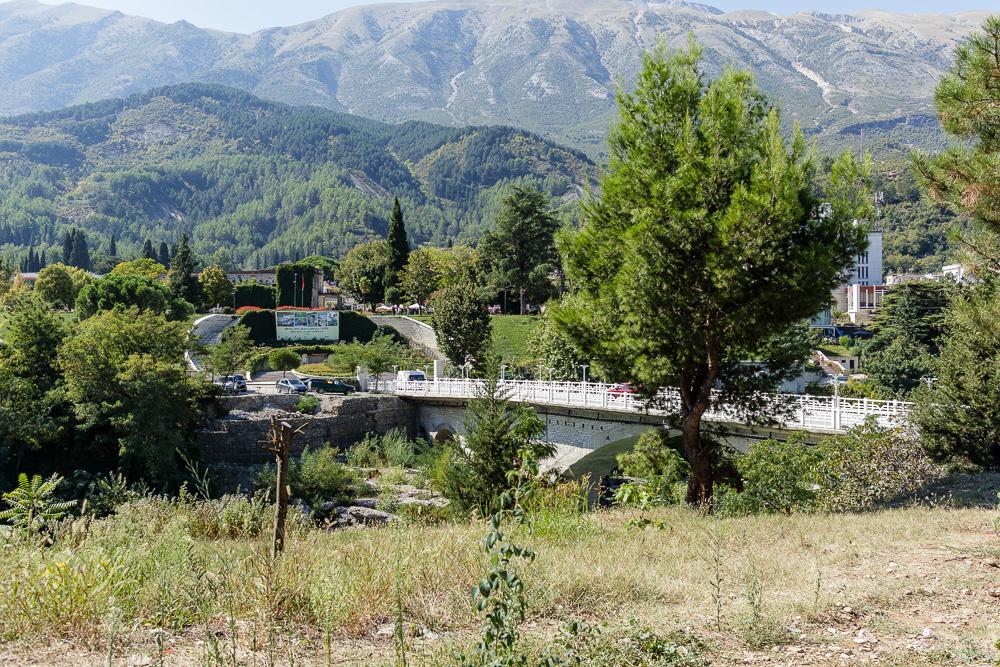 Permet liegt mitten im Grün der albanischen Berge