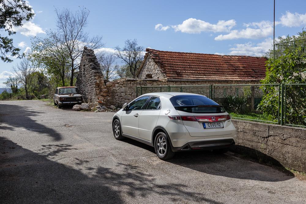 2011er Honda Civic VIII in Kroatien gegenüber einem rostigen Oldtimer