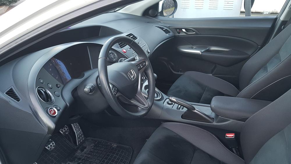 Das Cockpit mit den bequemen Sitzen des Honda Civic