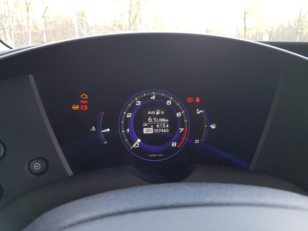 Bei entspannter Fahrt (z.B. 130 auf der Autobahn) kann man mit 6,5 Litern Benzin auf 100 Kilometer rechnen. Im 2011er Honda Civic