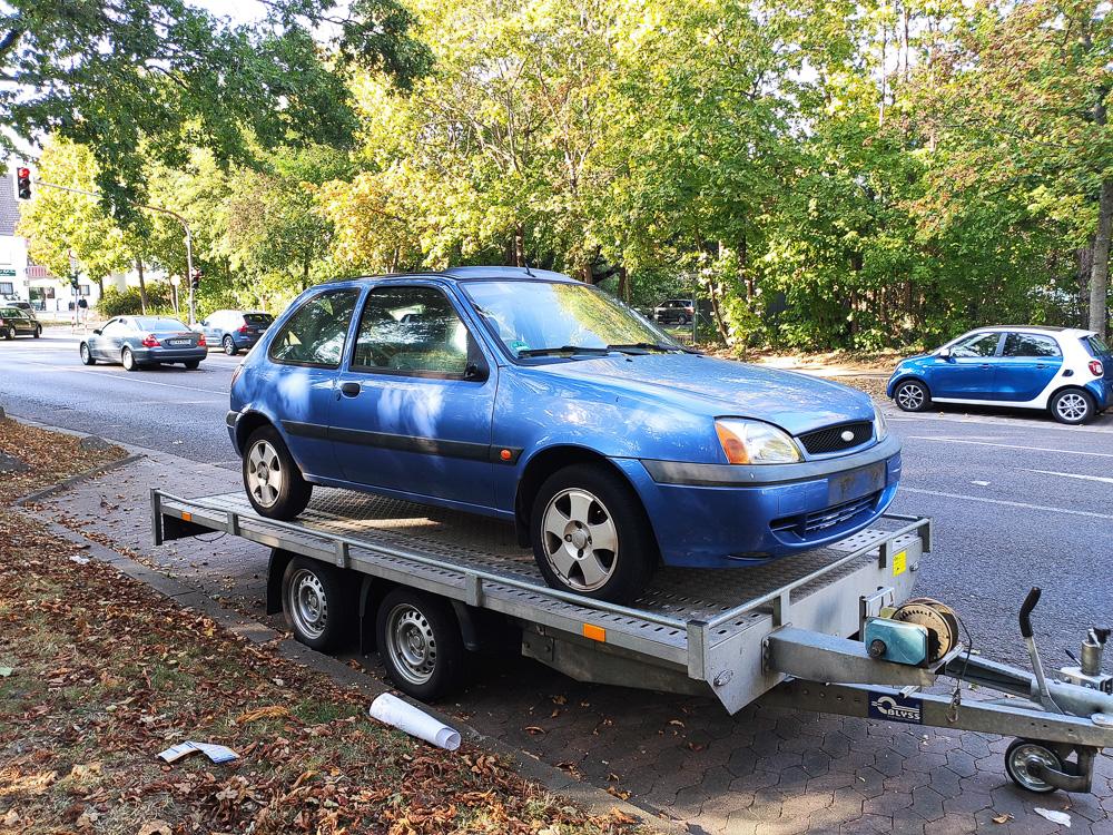 Blauer Ford Fiesta Baujahr 2000 auf Anhänger