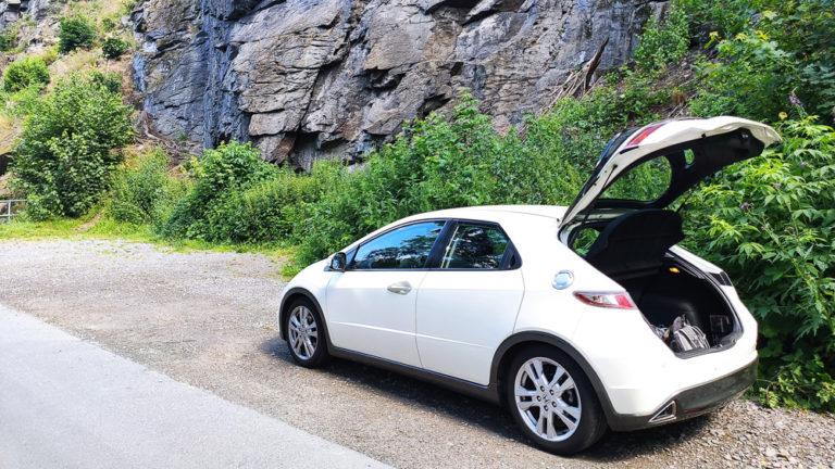 Honda Civic VIII mit geöffneter Heckklappe vor Felsen im Erzgebirge
