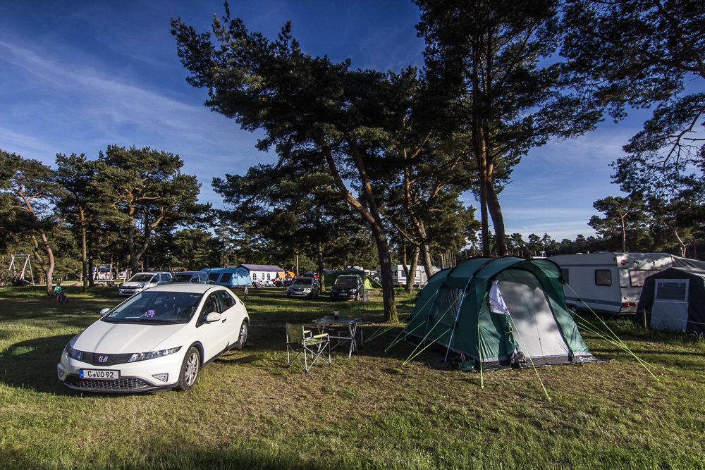 Honda Civic neben unserem großen Zelt auf der Insel Rügen