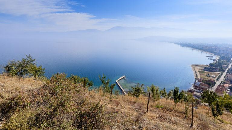 Blick von den Burgruinen von Pogradec auf den Ohridsee und Pogradec