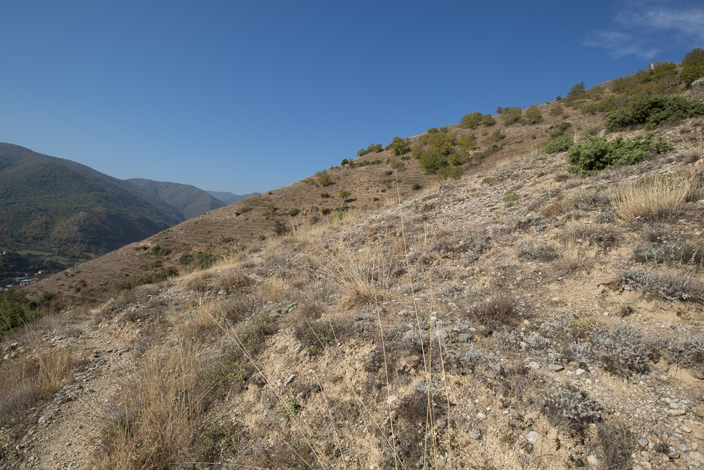 Auf diesen steilen, steinigen und sandigen Pfaden haben wir abgekürzt auf dem Weg zu den Burgruinen von Pogradec