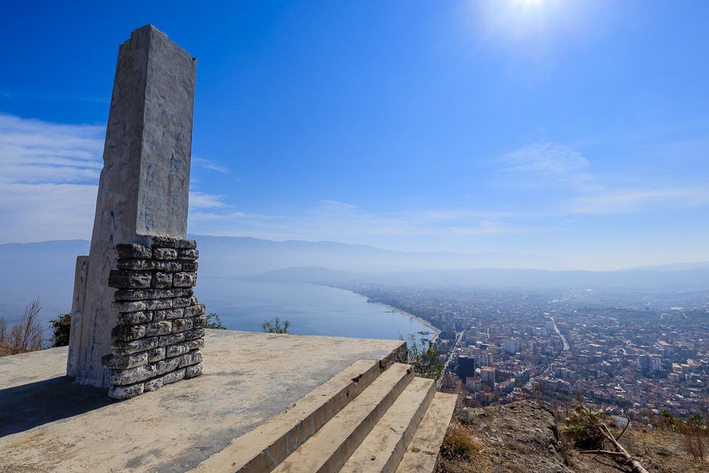 Der Panoramablick von der Säule der Burgruinen von Pogradec aus ist wirklich genial