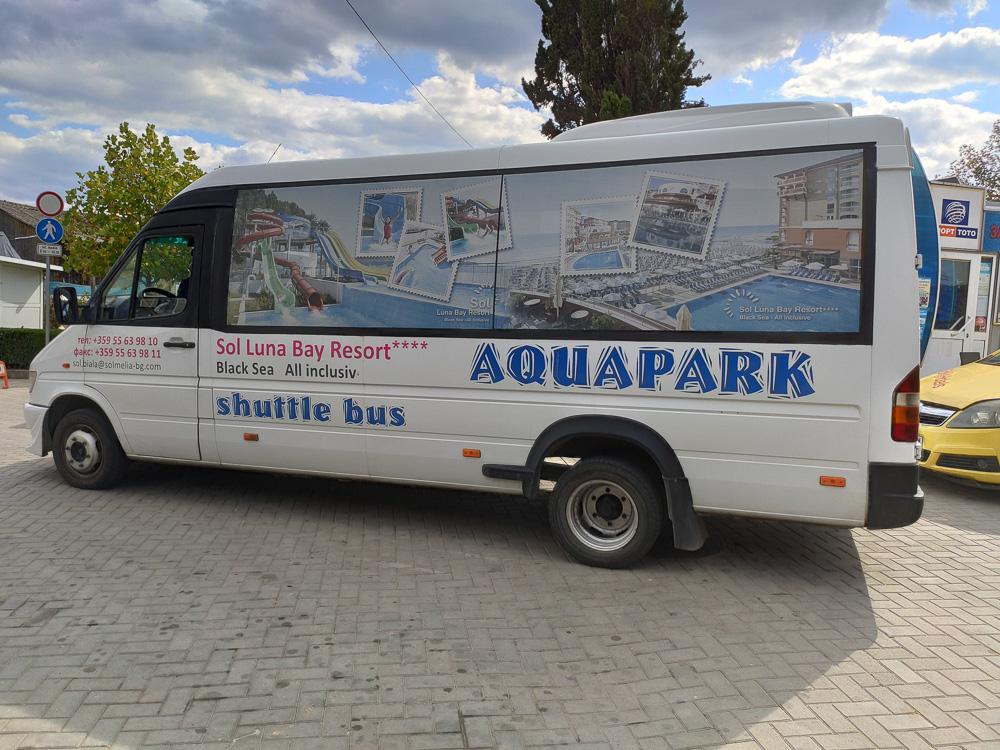 Mit einem der Shuttlebusse gelangt man vom Flughafen zum Hotel Sol Luna Bay in Bulgarien