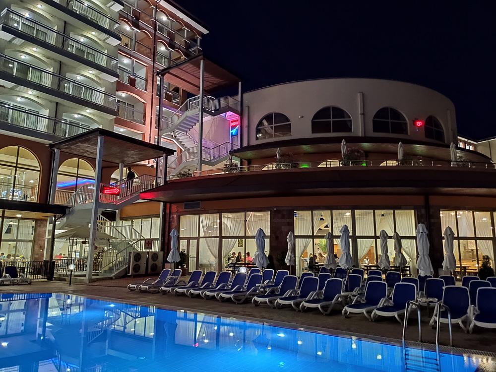 Blick vom Poolbereich in Richtung Bars und Restaurants