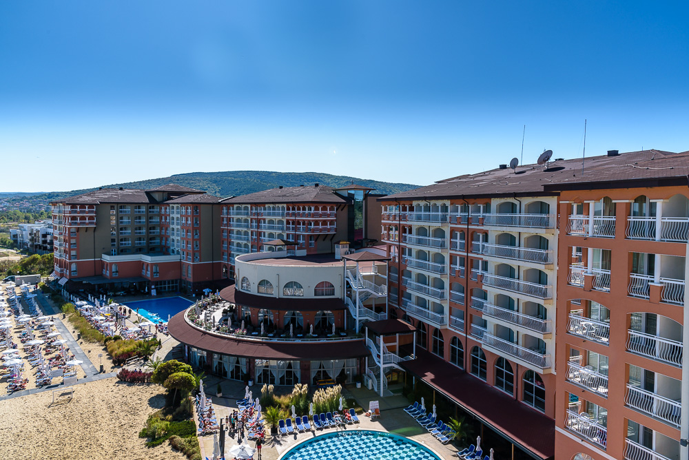 Unser Blick auf die Hotelanlage vom Balkon aus. Gut zu sehen ist der zentrale, runde Bereich in der Mitte der Anlage. Hier findet man Lobby, Restaurants sowie verschiedene Bars.