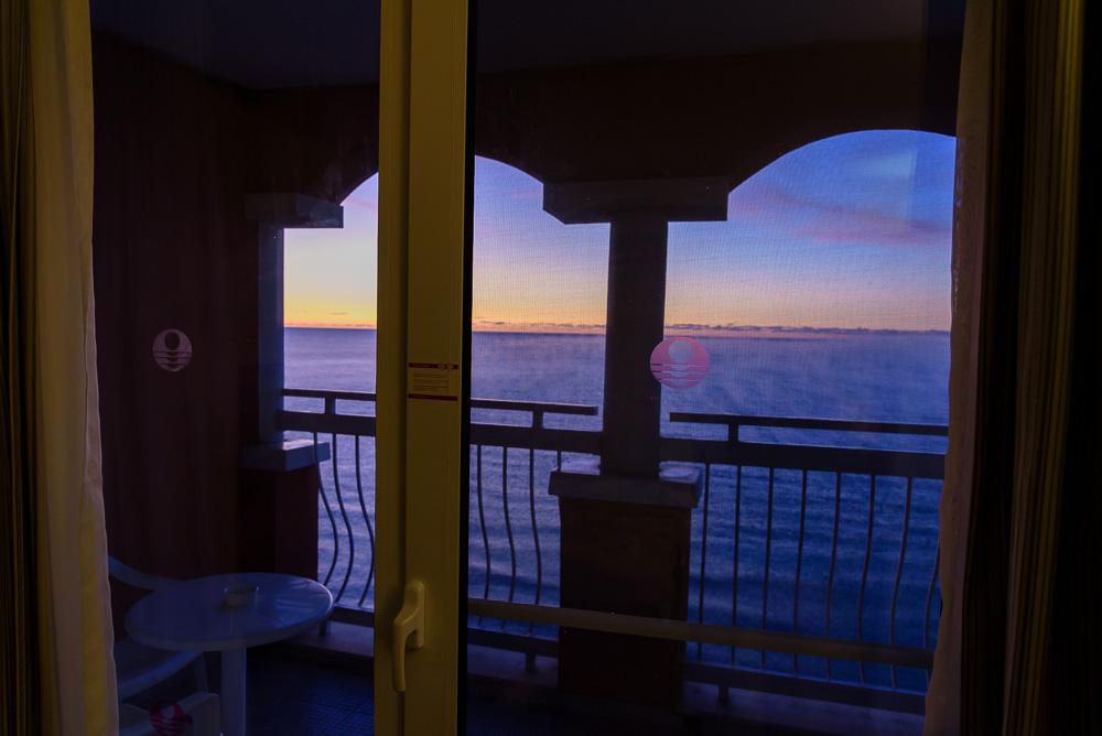 Blick auf den Balkon vom Hotelzimmer des Hotel Sol Luna Bay aus. Im Hintergrund der schöne Sonnenaufgang über dem Schwarzen Meer.
