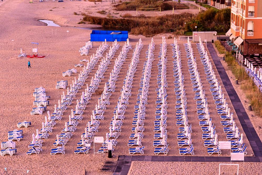 Die sonnenliegen in Reih und Glied am Strand vor dem Hotel Sol Luna Bay