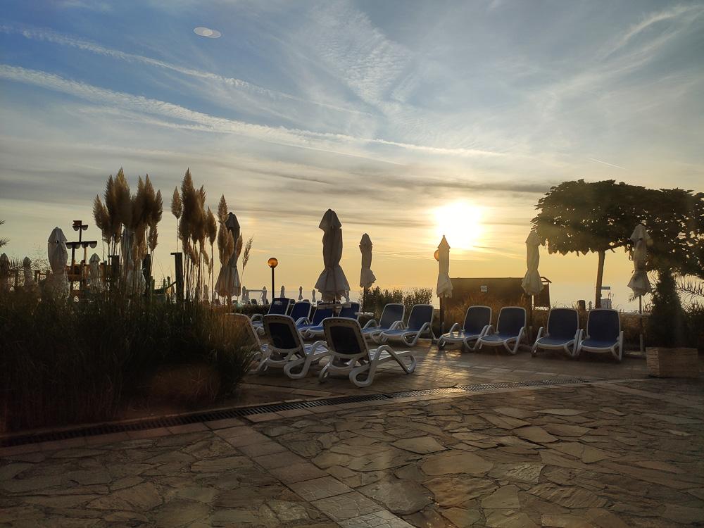 Blick vom Speisesaal nach draußen kurz nach Sonnenaufgang. Bei diesem Anblick haben wir gerne gefrühstückt und uns auf den anbrechenden Tag gefreut.