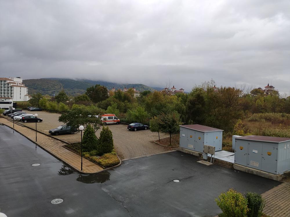 Blick vom Haupteingang auf den Parkplatz des Hotel Sol Luna Bay