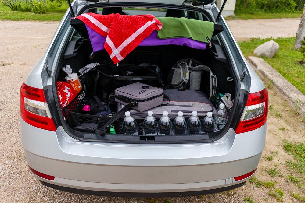 Gefüllter Kofferraum der Skoda Octavia Limousine auf unserem Roadtrip mit Zelt durch das Baltikum.