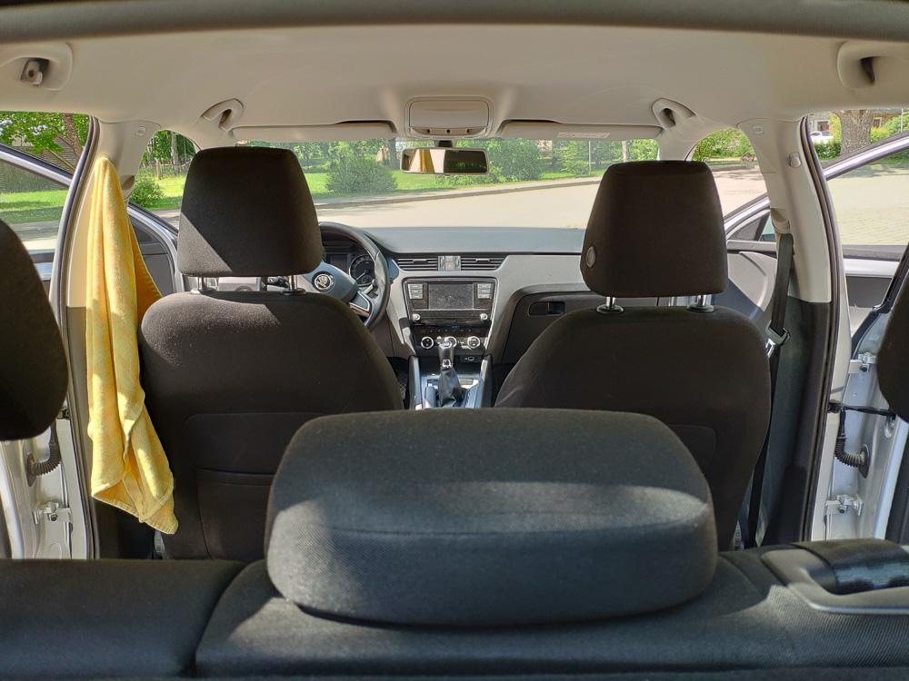 Blick vom Kofferraum in den Innenraum der Skoda Octavia Limousine. Man bekommt schon ein Gefühl für das gute Platzangebot.