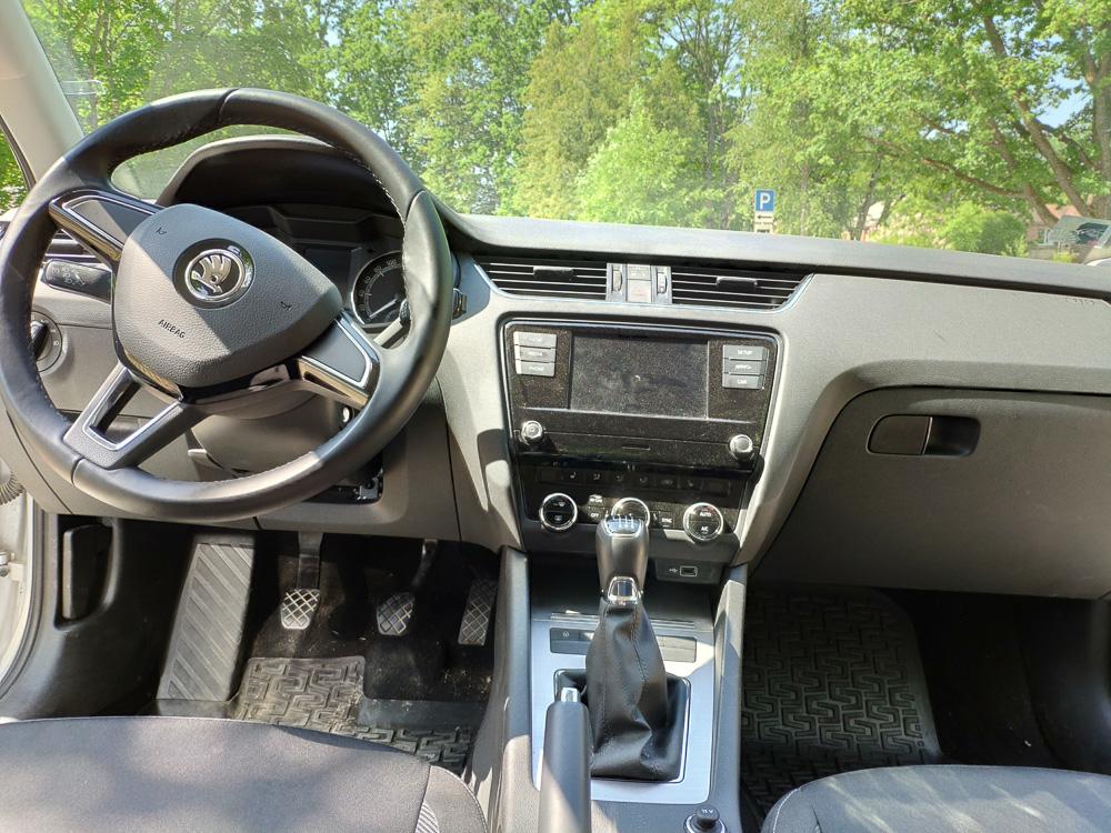 Das Cockpit der Skoda Octavia Limousine. Karge Basisausstattung.