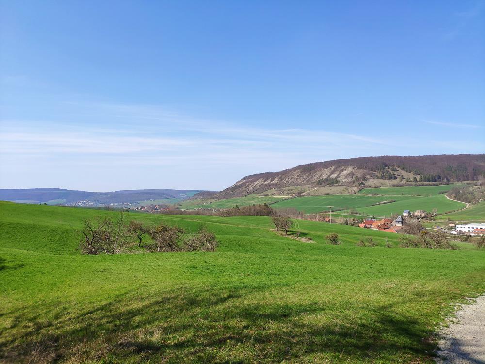 Von nun an geht es bergab nach Löberschütz. Dabei kann man noch einmal die Aussicht genießen. Wanderung im Naturschutzgebiet Alter Gleisberg