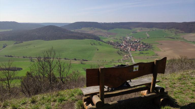 Bank mit Aussicht während der Wanderung im Naturschutzgebiet Alter Gleisberg. Direkt auf dem Gipfel.