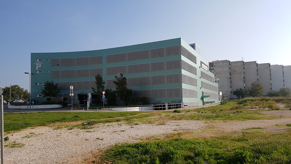 Das große Parkhaus nahe der Altstadt von Zadar bietet Platz für über 600 PKW