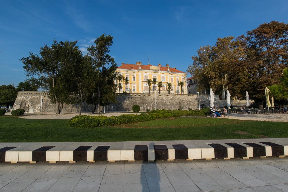 Szenerie an der Uferpromenade Zadars mit Parkanlagen und Palästen