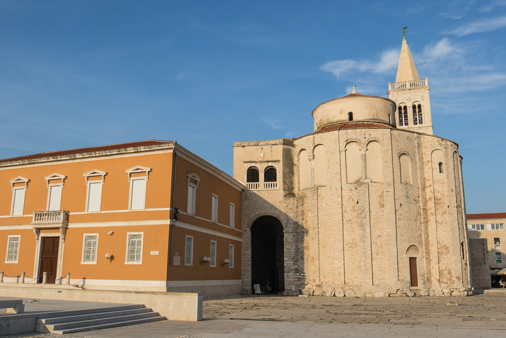 Die Donatus Kirche im Umfeld des römischen Forums mit dem Turm der Kathedrale im Hintergrund