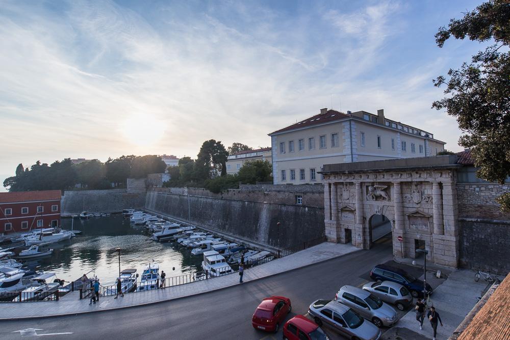 Der Hafen Foša und das große steinerne Landtor im Süden der Altstadt von Zadar