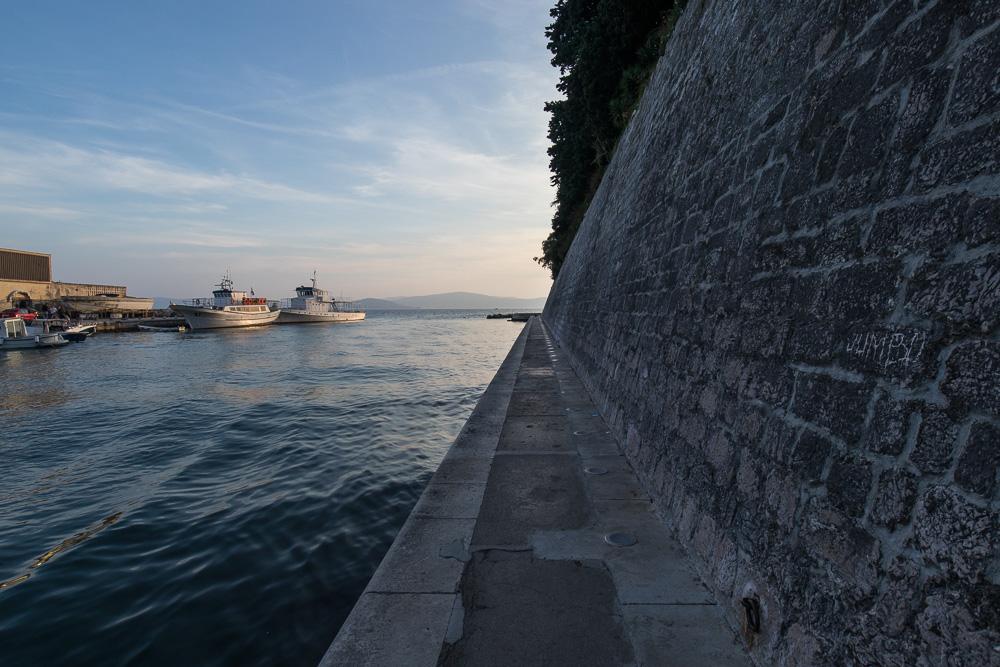 Schmaler Weg außerhalb der Stadtmauern Zadars in Richtung Uferpromenade und Meeresorgel