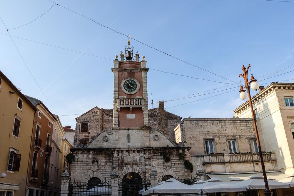 Blick vom Volksplatz auf die Stadtwache mit der alten Uhr in der Altstadt von Zadar