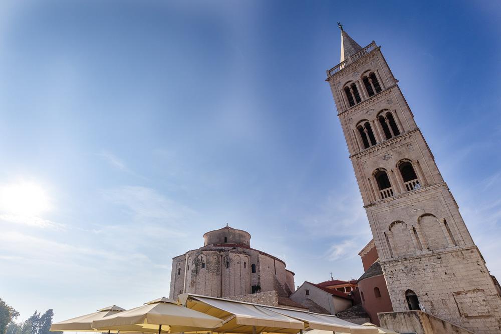 Die vielen historischen Bauwerke, wie hier die Donatus Kirche und der Glockenturm der Kathedrale, laden zur Erkundung ein