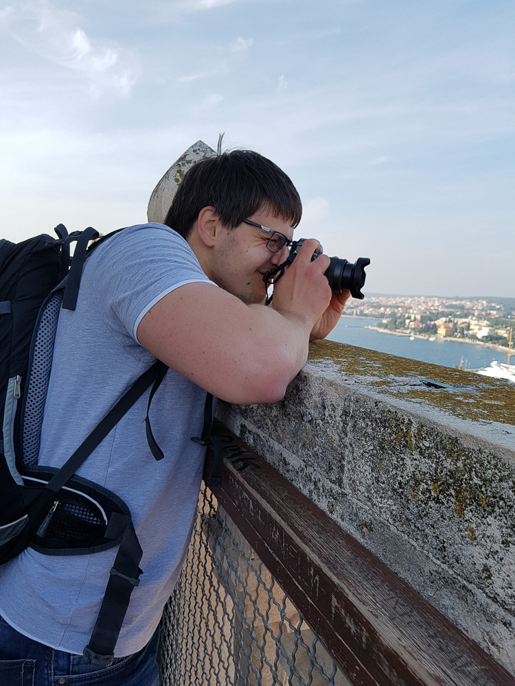 Christian beim Fotografieren vom Turm der Kathedrale hinab