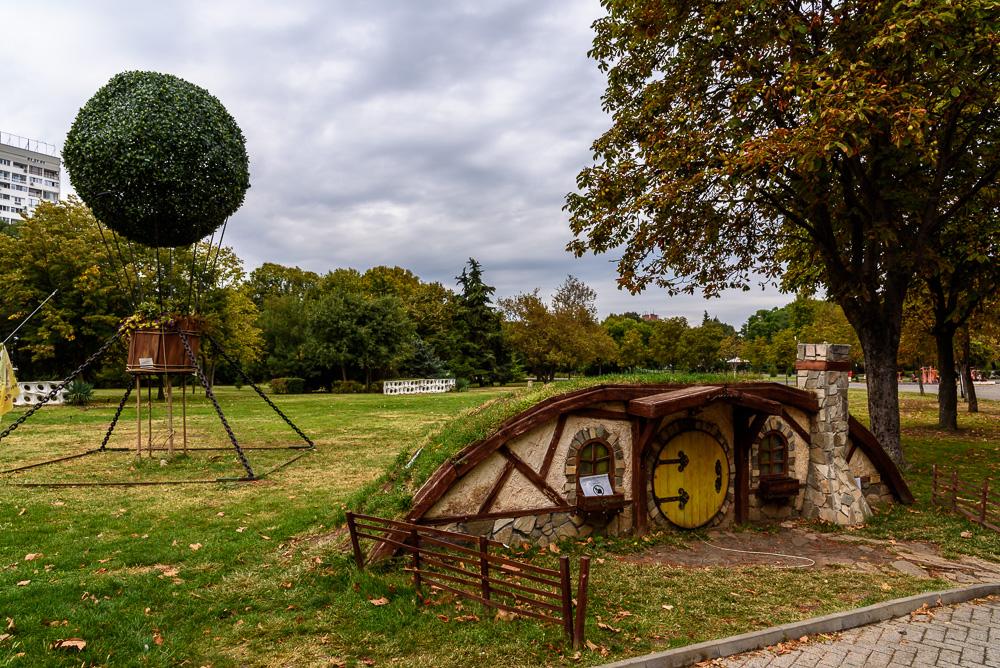 Entlang der Wege im Sea Garden in Burgas findet man immer wieder spannende Objekte. So wie diese Hobbithöhle.