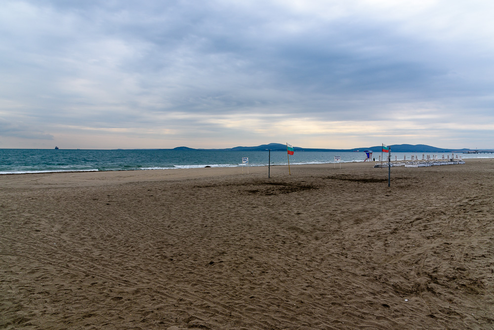 Sandstrand von Burgas entlang der Uferpromenade im Sea Garden