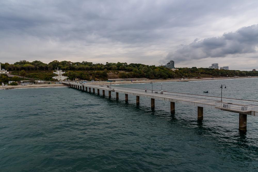 Blick entlang des 300 Meter langen Piers in Richtung Burgas und dem Sea Garden