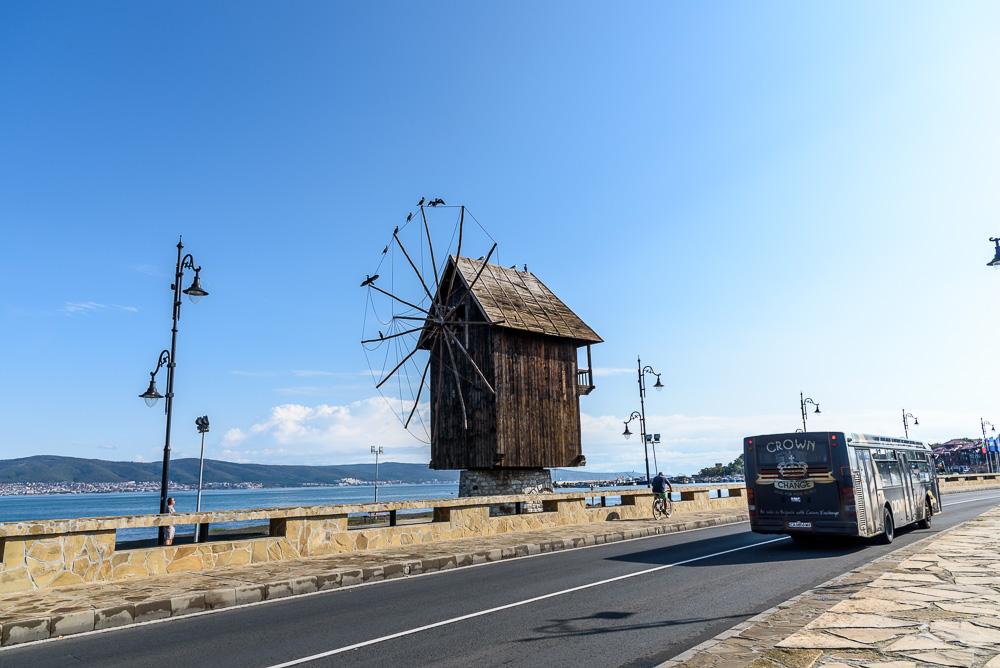 Die alte hölzerne Windmühle auf dem Damm zwischen dem alten und dem neuen Nessebar