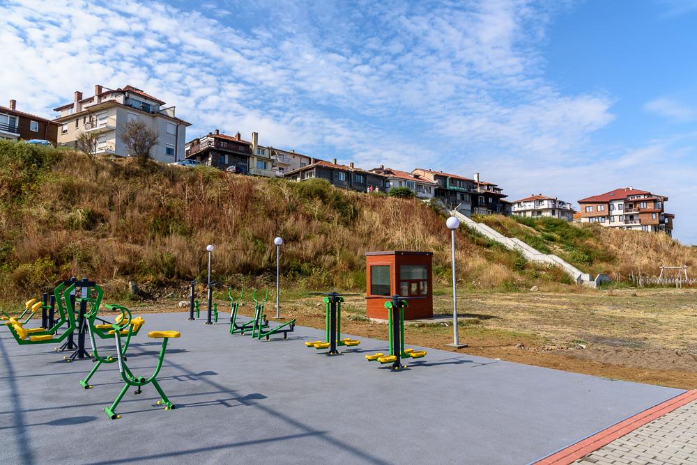 Freifläche mit Fitnessgeräten an der Uferpromenade von Nessebar unterhalb der Altstadt