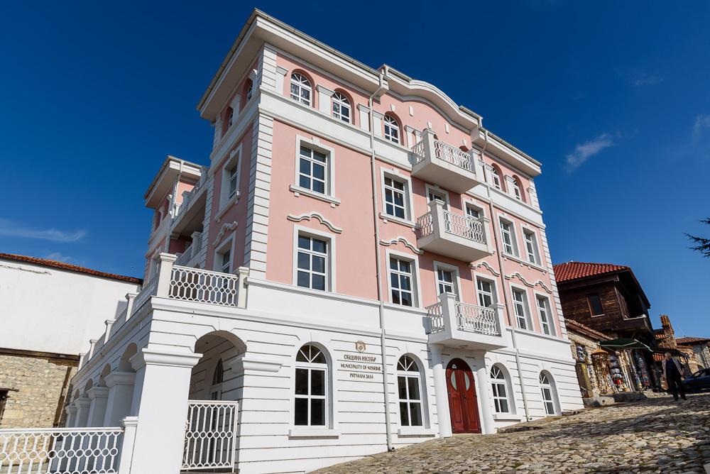 Mit seinem weiß-rosa Anstrich und den vielen Balkonen sieht das Gebäude der Stadtverwaltung Nessebars am antiken Theater richtig prachtvoll aus