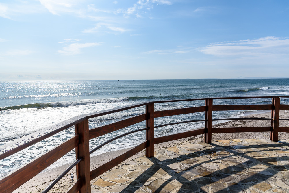 Panoramablick aufs Schwarze Meer hinaus von einer der Terrassen Nessebars. Unterhalb der Sandstrand.
