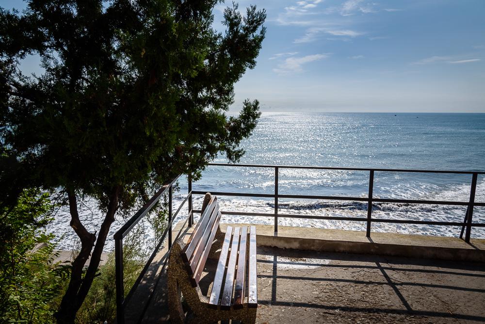 Eine der Bänke mit Blick auf das Schwarze Meer in Nessebar