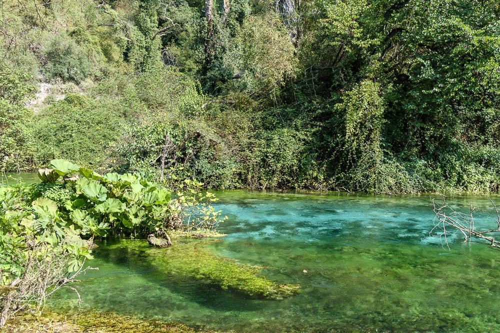 Die Natur ein Stück unterhalb von Syri i Kaltër