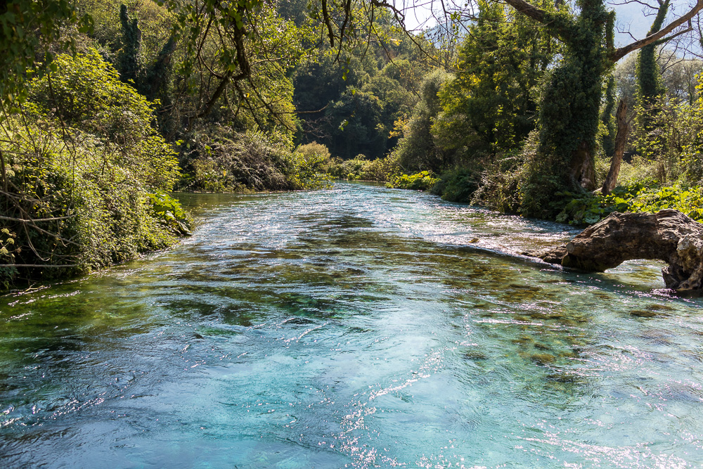 Blick entlang des Flusses, welcher dem Blue Eye entspringt und in Richtung Stausee Bistrica fließt