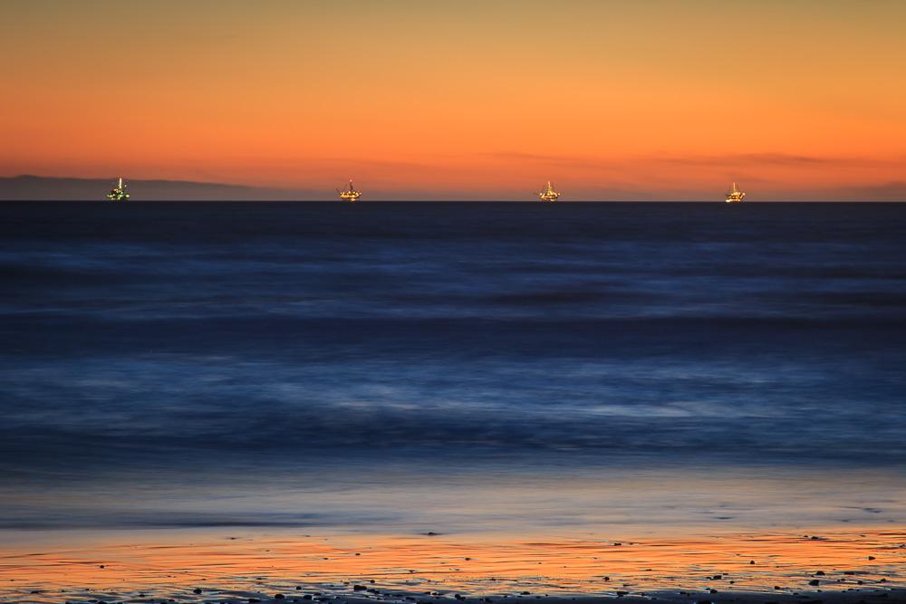 Der Sonnenuntergang am Carpinteria State Beach war wunderschön. Im Hintergrund sind vier Bohrplattformen zu sehen.