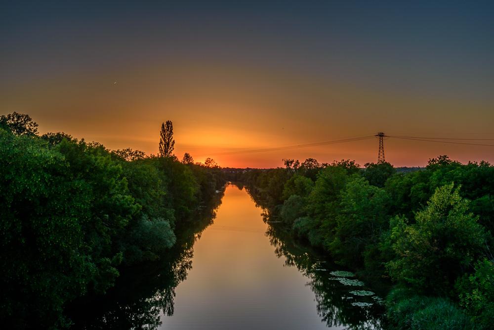 Über dem Elster-Saale-Kanal kann man immer wieder besonders schöne Sonnenuntergänge in Leipzig beobachten. Hier auf der Brücke bei Rückmarsdorf.