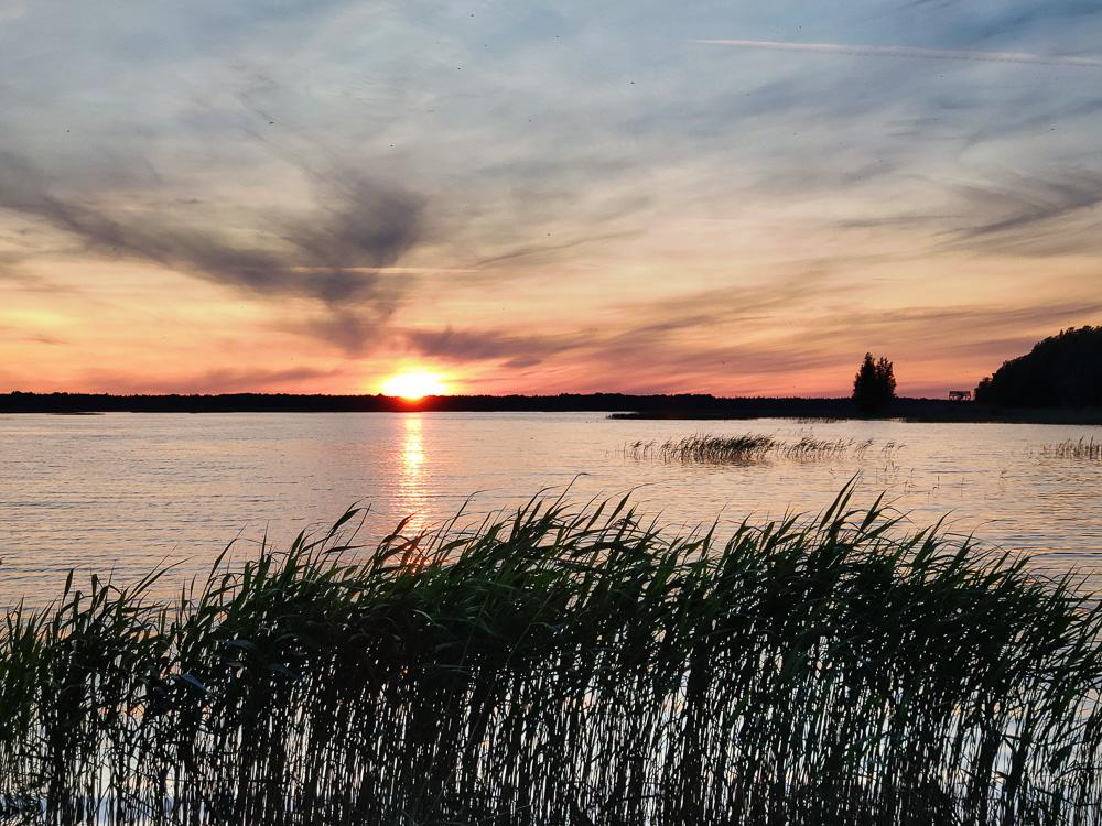 Am Ufer des Ermistu Järv im Süden Estlands nahe Pärnu kann man vom Campingplatz aus die Sonnenuntergänge über dem See beobachten, entweder vom Ufer aus oder von der Dachterrasse.
