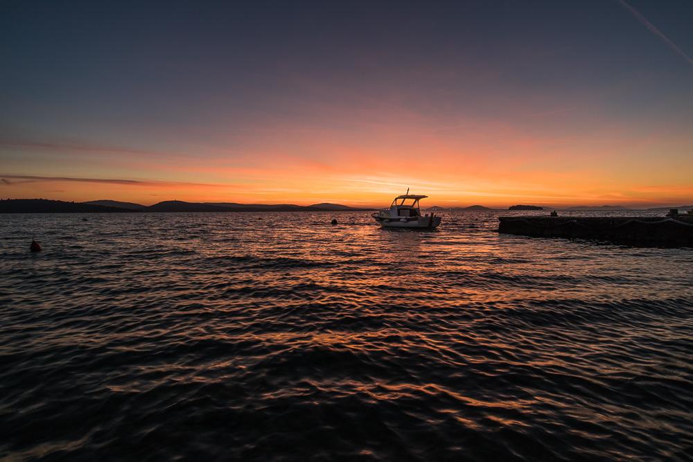 In Kroatien hatten wir bei unserem Urlaub in Dalmatien eine Ferienwohnung am Strand. Von dort konnten wir traumhafte Sonnenuntergänge erleben. Daher Teil der Top 10 Sonnenuntegänge.