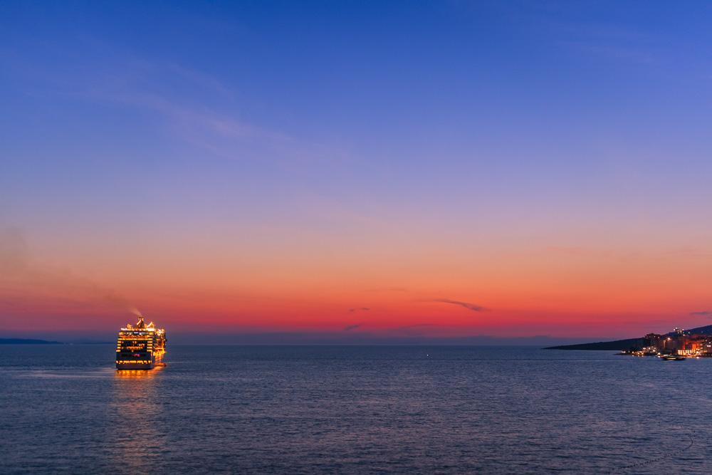 In Saranda lassen sich ebenfalls tolle Sonnenuntergänge miterleben. Vor allem tragen die Kreuzfahrtschiffe zur Szenerie und dem Fernweh bei.