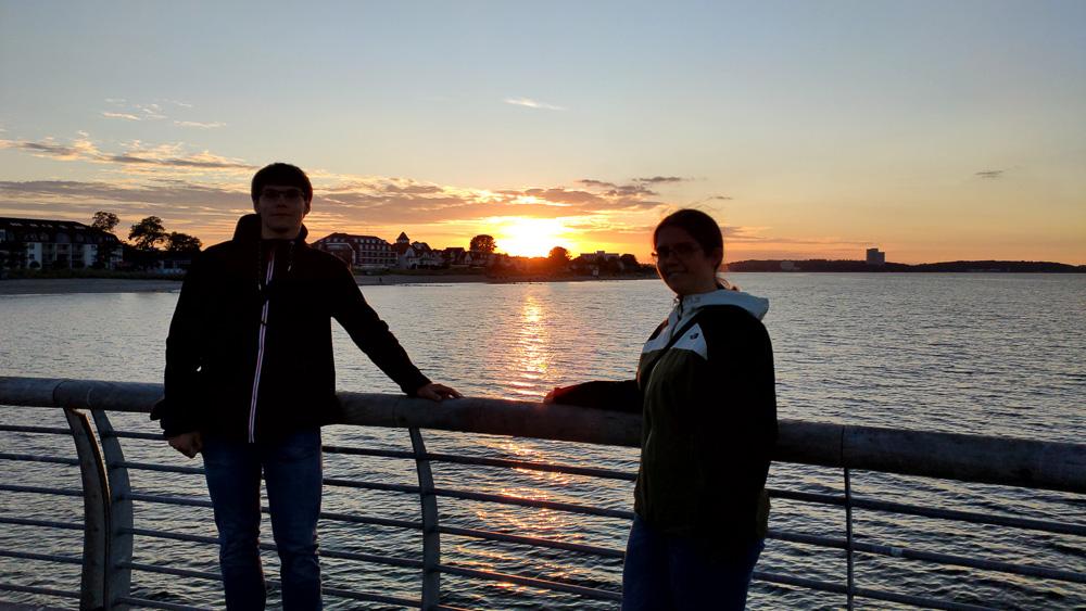 Auf der kreativ gestalteten Seebrücke Niendorf in Schleswig-Holstein konnten wir ebenfalls einen schönen Sonnenuntergang beobachten.