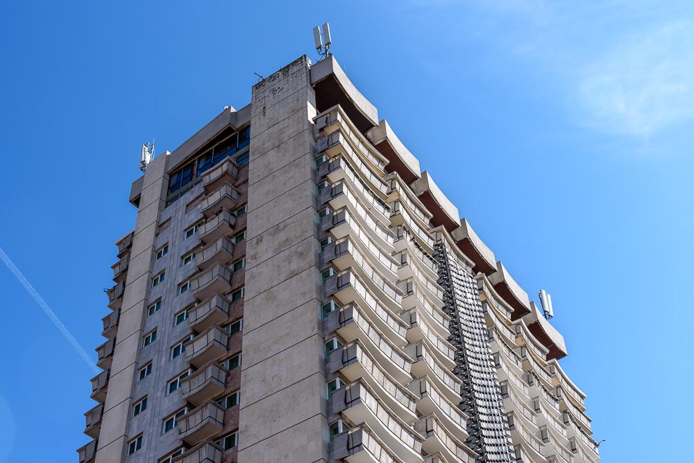 Hochhaus nahe der Fußgängerzone von Varna im Stil des Brutalismus
