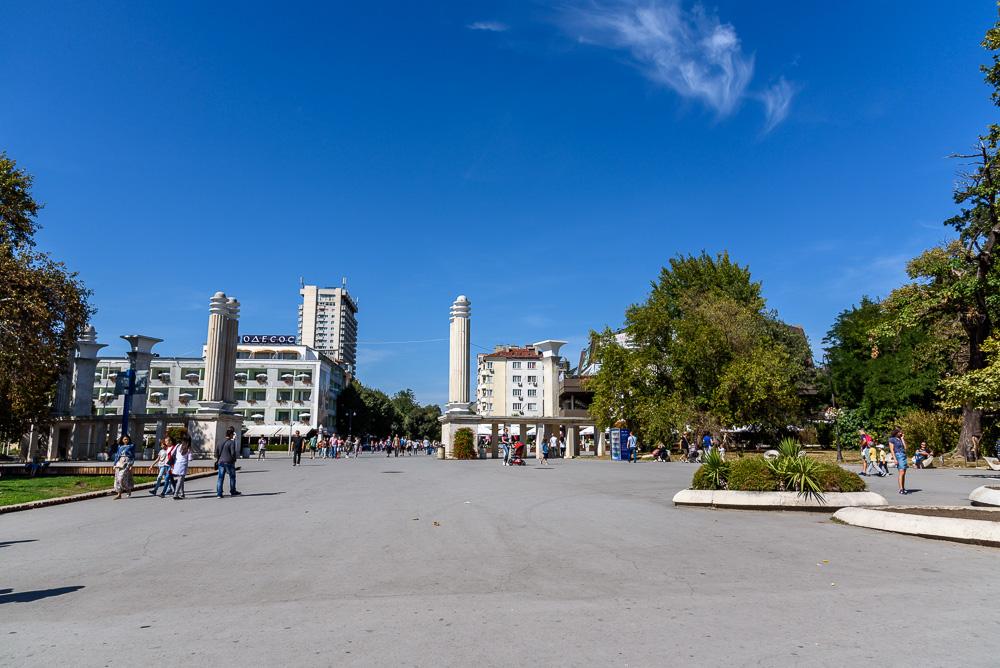 Am Platz vor dem Haupteingang des Sea Gardens Varnas